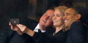 David-Cameron-Helle-Thorning-Schmidt-et-Barack-Obama-se-prennent-en-photo-pendant-la-ceremonie-en-hommage-a-Nelson-Mandela-le-10-decembre-2013